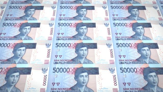 Banknoten-von-fünfzigtausend-indonesische-Rupiah-Rollen-Bargeld-Schleife