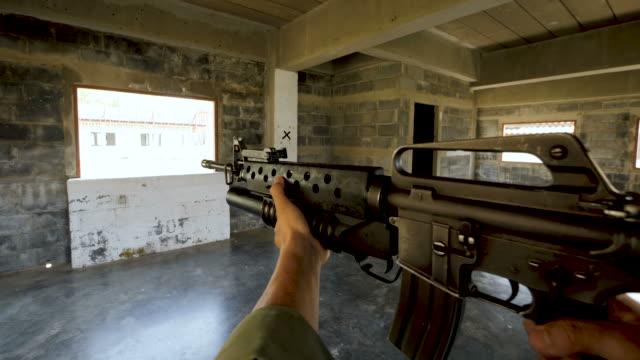 Escuadrón-de-soldados-completamente-equipados-y-armados-avanzar-entrar-en-un-edificios-antiguos-durante-la-liberación-de-rehenes-Punto-de-vista-