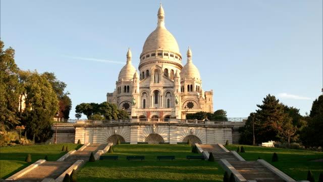zoom-lento-a-tiro-de-la-Basílica-del-sacre-coeur-París