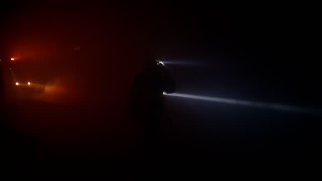 Los-bomberos-durante-una-operación-de-rescate-en-un-oscuro-túnel-llenan-de-humo