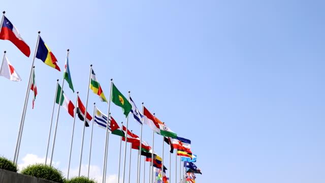 banderas-nacionales-de-países-con-el-fondo-de-cielo-azul
