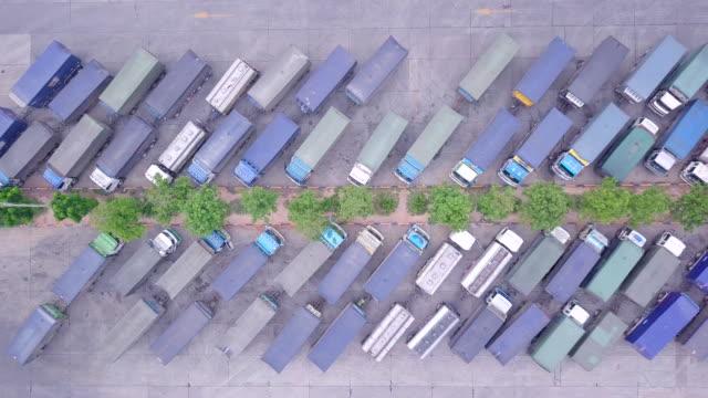 Vista-superior-y-vista-aérea-de-camiones-y-acoplados-en-el-estacionamiento