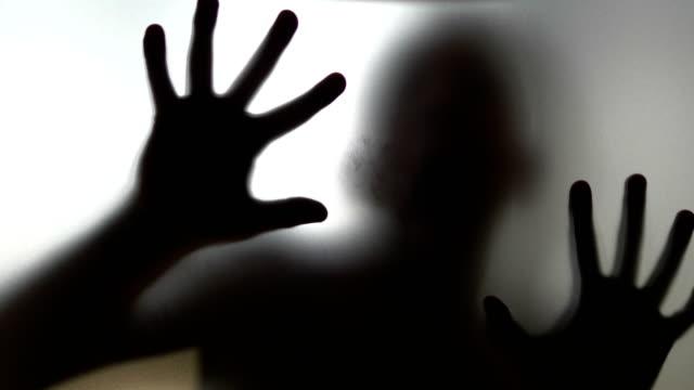 Miedo-humano-detrás-del-vidrio-esmerilado-de-4-k-lenta-60fps