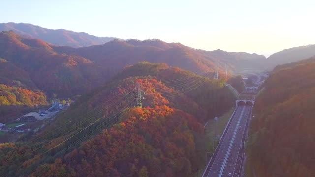 Vista-aérea-camino-autopista-de-la-carretera-en-otoño-de-Corea-del-sur