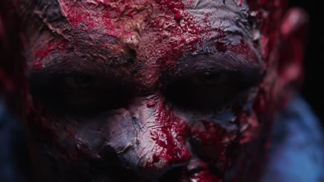 Zombie-Maniac-ist-beängstigend-seiner-Zähne-versuchen-zu-beißen
