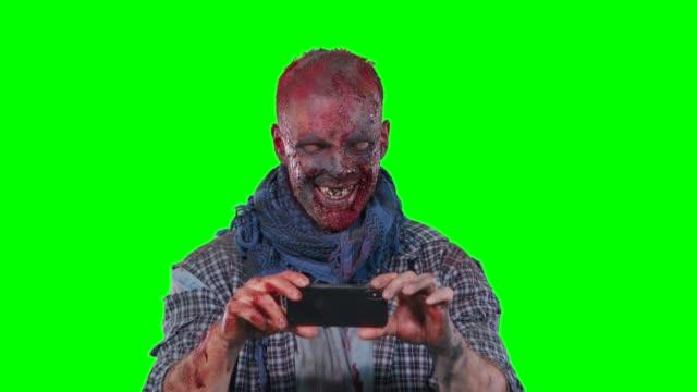 Hombre-zombie-utilizando-teléfono-celular
