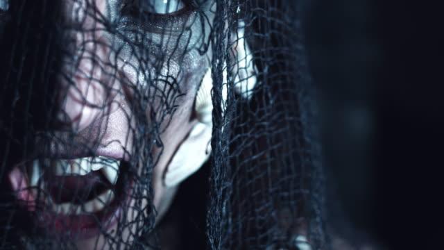 4k-Halloween-Schuss-ein-Horror-Frau-Meerjungfrau-drehen-schnell-mit-weißen-Augen