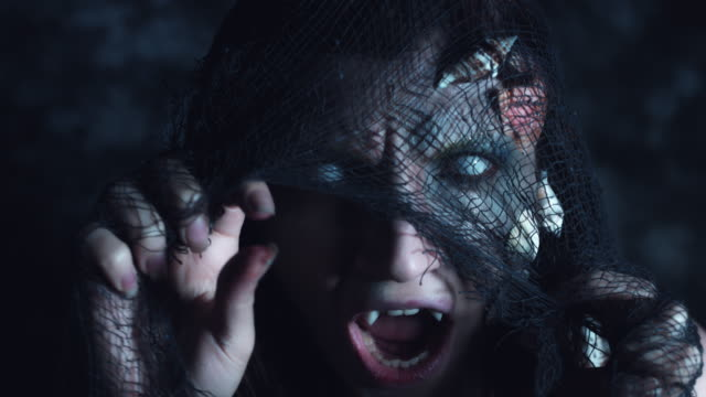 4-k-tiro-de-Halloween-de-terror-mujer-sirena-sonriente-con-red-de-pesca