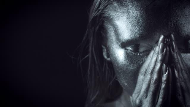 4-K-Horror-Frau-mit-Silber-Metallic-Make-up-Dolly-Gesicht