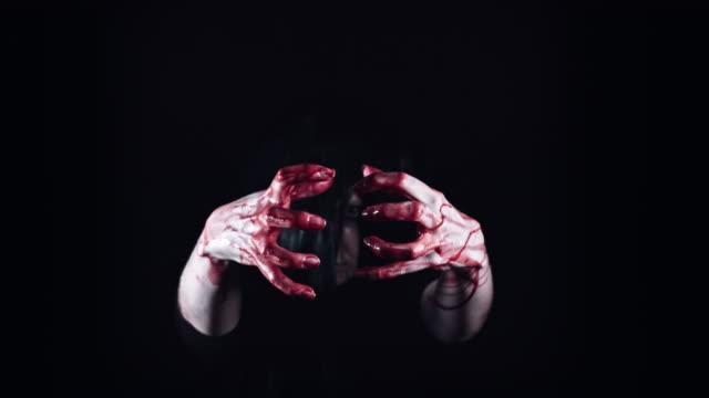 4-K-Horror-Gruselig-Frau-ihre-blutigen-Hände-schütteln