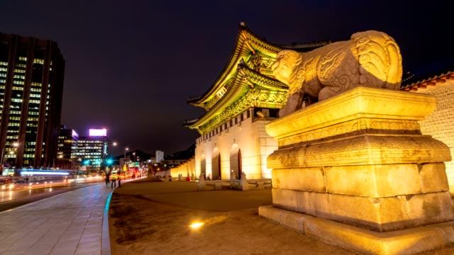 Lapso-de-tiempo-de-puerta-Gwanghwamun-y-tráfico-en-la-noche-en-Seúl-Corea-del-sur-