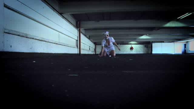 4-k-Horror-enfermera-Zombie-caminando-en-edificio-abandonado