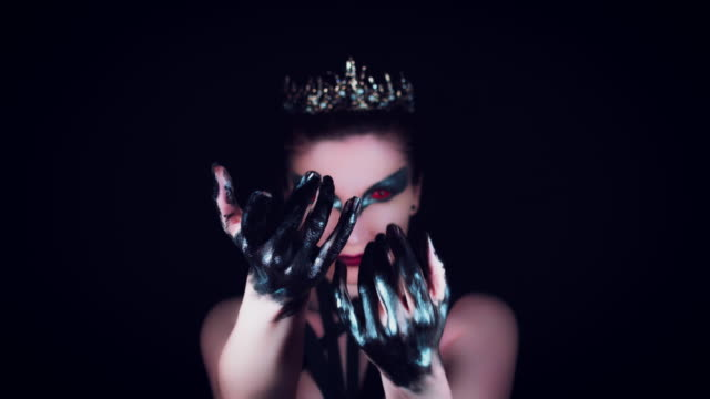 4K-Halloween-Horror-mujer-posando-con-manos-negras