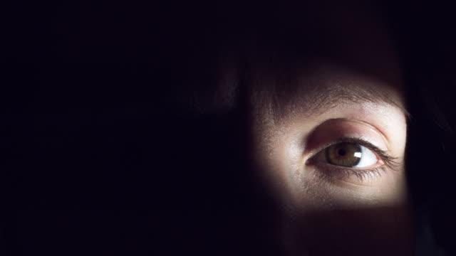 4K-Thriller-Horror-Auge-in-der-Dunkelheit-öffnen