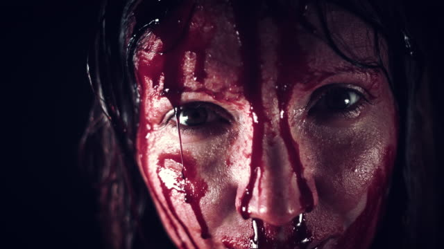 4K-Horror-Frau-Gesicht-mit-Blut-in-Strömen
