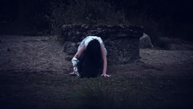 4-k-Horror-Frau-in-schmutzigen-Kleid-neben-einem-Brunnen