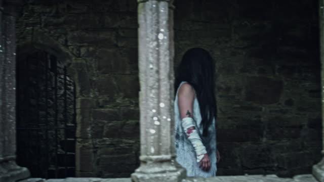 4-k-Horror-Psycho-Frau-zu-Fuß-in-verlassenen-Burg
