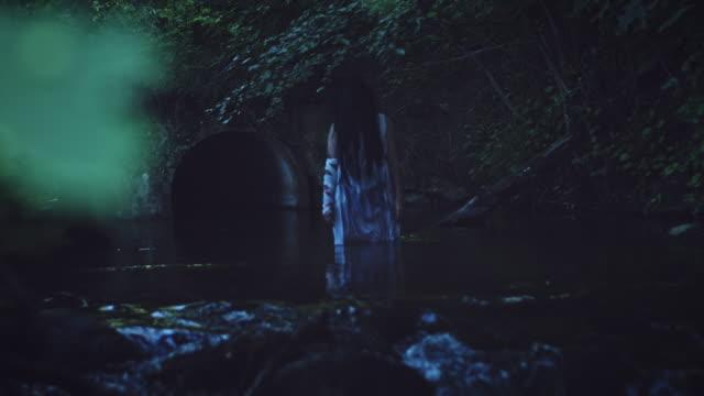 4K-Horror-de-mujer-en-río-invertir