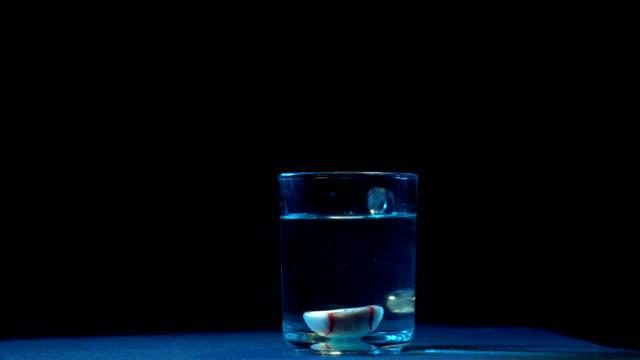 Mano-de-zombie-reduce-sus-ojos-en-un-vaso-con-agua