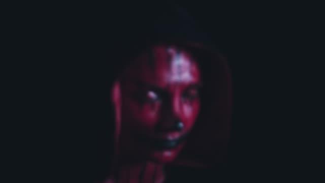 4-k-Horror-Halloween-diablo-mirando-a-cámara