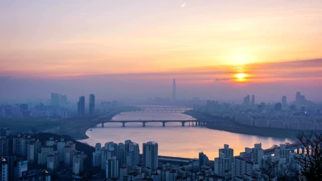 Amanecer-de-la-ciudad-de-Seúl-y-Torre-de-Lotte-Corea-del-sur-Lapso-de-tiempo-4k