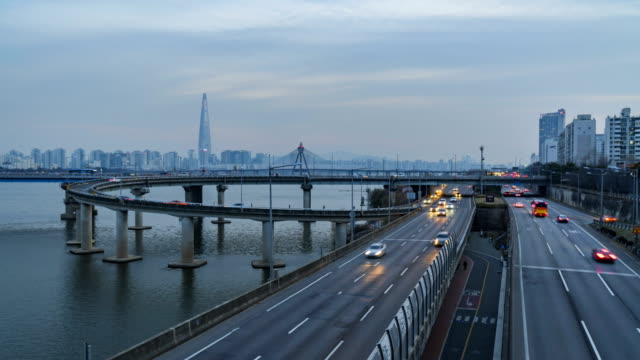 Timelapse-Traffic-at-night-in-Seoul-City-South-Korea
