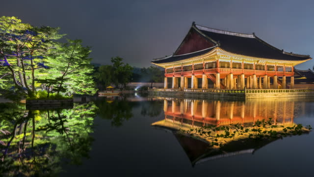 Time-lapse-of-Gyeongbokgung-palace-at-night-in-Seoul-South-korea-