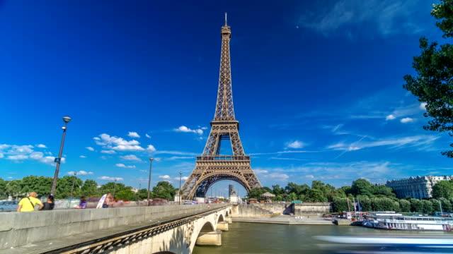 Torre-Eiffel-con-el-puente-sobre-el-río-Siene-en-hyperlapse-timelapse-de-París-Francia