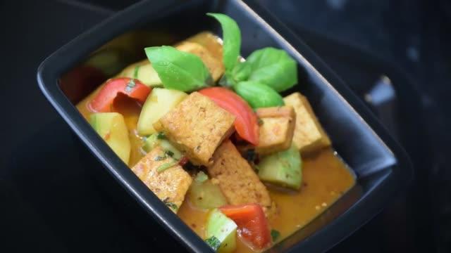 plato-de-tofu-al-curry-alimentos-gastronomía-comida