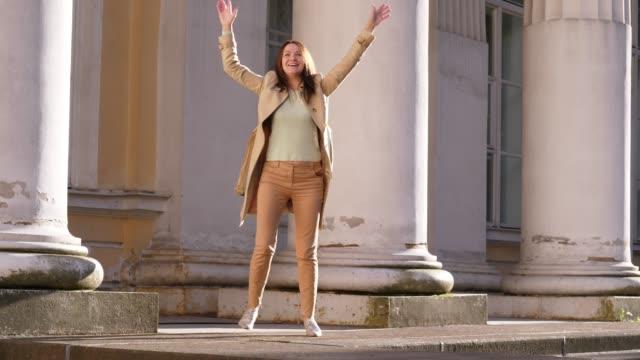 Empresaria-marchoso-bailando-cerca-del-histórico-Palacio