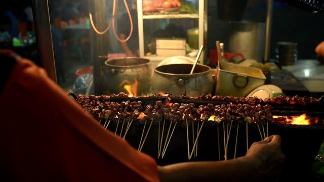 Sate-Matang-Aceh-Indonesia-carnes-a-la-brasa-con-carbón-de-leña-en-el-mercado-de-comida-en-la-calle