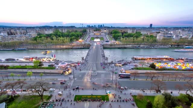 Vista-del-río-Sena-Trocadero-y-La-defensa-de-La-Torre-Eiffel-Día-a-la-noche-timelapse-París-Francia-Europa