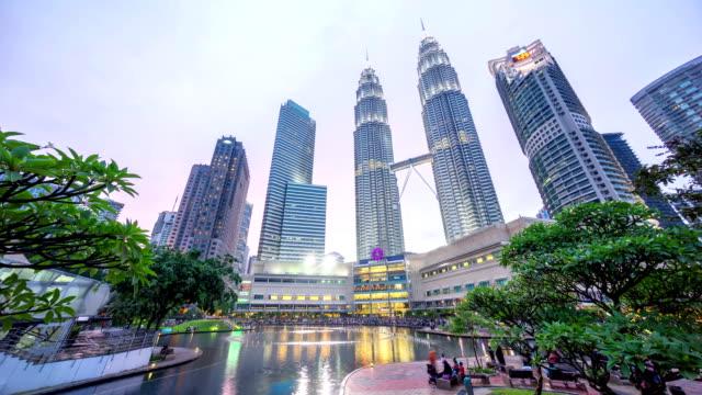 Espectacular-puesta-de-sol-en-el-centro-de-la-ciudad-de-Kuala-Lumpur-fuente-park-donde-la-rosa-y-azul-cielo-mientras-se-pone-el-sol