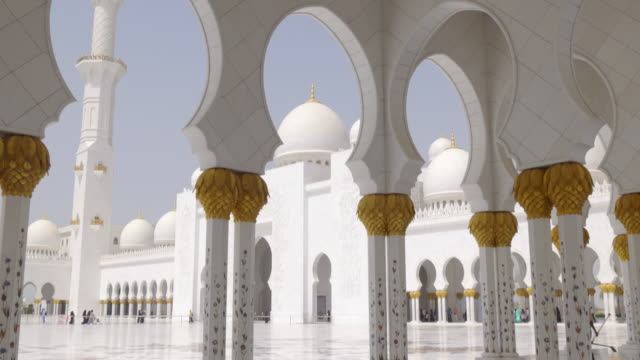 uae-summer-light-main-white-walls-mosque-inside-4k