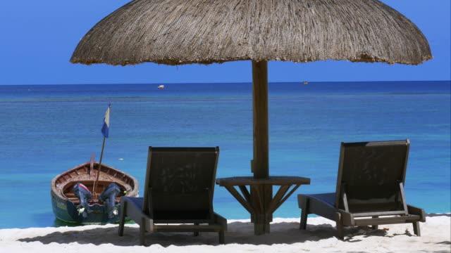 4K-Honeymoon-shot-by-the-ocean