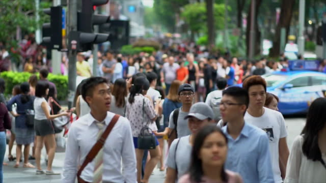 Multitud-de-personas-cruzar-Orchard-Road
