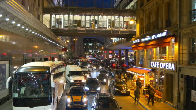 iluminación-nocturna-de-Francia-dos-pisos-paris-bus-galeries-lafayette-atestado-tráfico-panorama-calle-4k