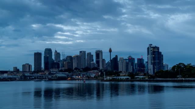 paisaje-urbano-moderno-genérico-timelapse-en-noche-con-barco