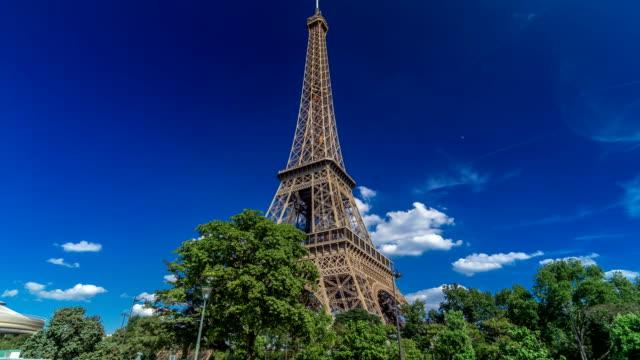Torre-Eiffel-de-orilla-del-río-Siene-en-hyperlapse-timelapse-de-París-Francia