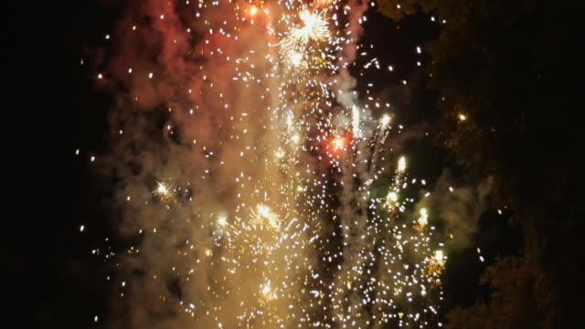 Lenta-de-los-fuegos-artificiales-estallando-en-el-cielo-durante-el-día-de-independencia-mexicano
