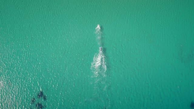 Vista-aérea-de-un-hombre-de-divertirse-en-un-Flyboard-en-una-hermosa-playa-en-Grecia-