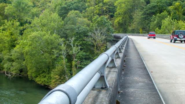 Coches-en-el-puente-sobre-el-río-en-Asheville-francés-amplio