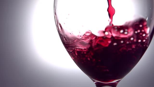 Rotwein-gießen-in-Weinglas