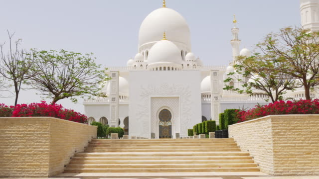 summer-time-day-light-famous-mosque-entrance-4k-uae