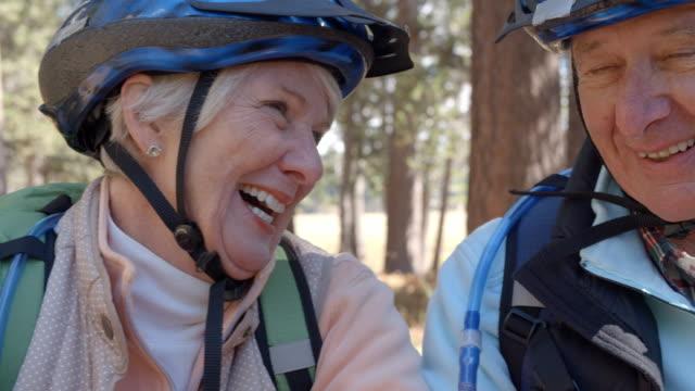 Cerrar-foto-de-pareja-Senior-en-las-bicicletas-en-un-bosque