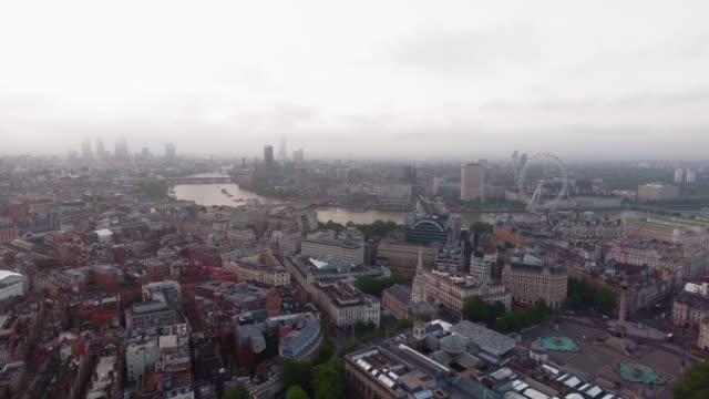 Vista-aérea-de-hermoso-amanecer-en-los-ciudad-de-Londres-horizonte-icónicos-monumentos