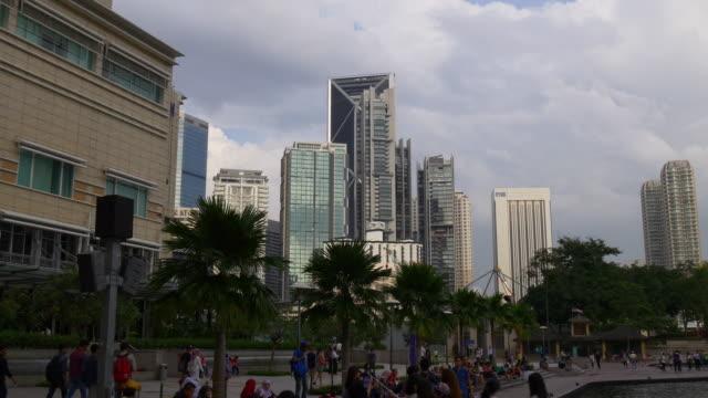 fuente-de-Malasia-kuala-lumpur-klcc-luz-puesta-del-sol-centro-comercial-atestado-panorama-turístico