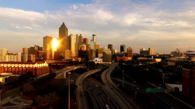 Atlanta-Georgia-Rush-Hour-Traffic-Dämmerung-Innenstadt-Stadt-Skyline