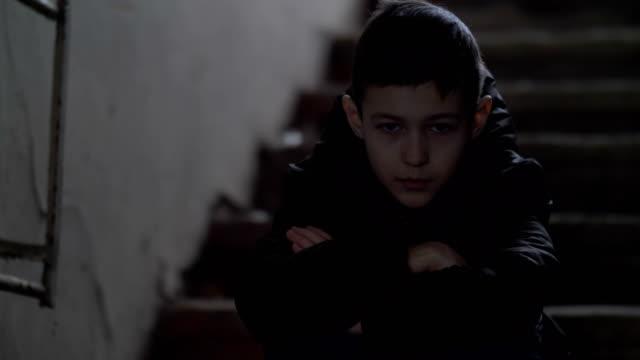 niño-sentado-solo-en-un-viejo-destartalado-edificio-y-mirando-a-la-cámara-el-muchacho-lamenta-el-incidente-casa-de-demolición