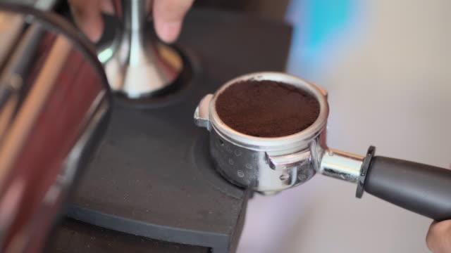 Procedure-Press-tamping-coffee